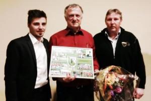 Wolfgang Kapp (mitte) wurde gestern nach 25 Jahren als Vorsitzender von Fortuna Griesheim verabschiedet. Neuer Chef ist Henry Buchberger (links), der gemeinsam mit Hans-Joachim Buchberger (rechts) die Ehrung für Wolfgang Kapp übernahm.