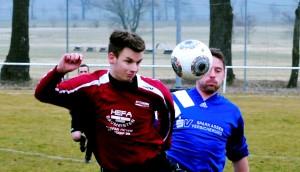 Die SG Griesheim/Großliebringen (links, Dominic Muric) und der TSV Elgersburg (in Blau) spielten 0:0.  Foto Christoph Vogel