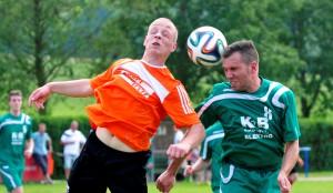 In der Fußball - Kreisklasse verliert der SV Gelb-Blau Wipfra (hier David Steinbrück, links) gegen die SG Griesheim/Großliebringen (Sebastian Groth) mit 4:1. Die SG schaffte damit den vorzeitigen Staffelsieg.