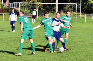 In der Fußball - Kreisliga gewinnt der SV Fortuna Griesheim (in Grün, hier Dominik Börner, 2.von links, Henry Buchberger, rechts) gegen die Zweite des SV 09 Arnstadt (Rocco Lux) mit 3:0.