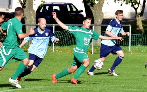 In der Fußball - Kreisliga gewinnt der SV Fortuna Griesheim (in Grün, hier Michel Wehner) gegen die Zweite des SV 09 Arnstadt mit 3:0.